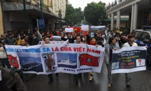 Dân chúng Hà Nội biểu tình chống Trung quốc bá quyền ngày 9/12/2012 ở Hà Nội. Nhiều người đã bị bắt giam và đánh đập. (Hình: HOANG DINH NAM/AFP/Getty Images)