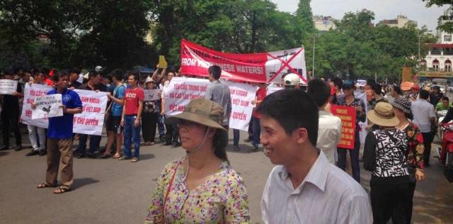 http://changevietnam.files.wordpress.com/2014/09/d07f1-hn-may11-danlambao2.jpg